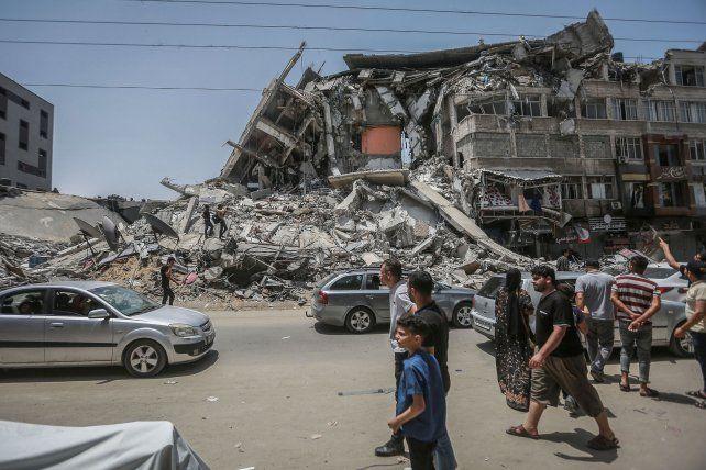 Los palestinos de Gaza recorren las ruinas que dejaron los 11 días de bombardeos israellíes.