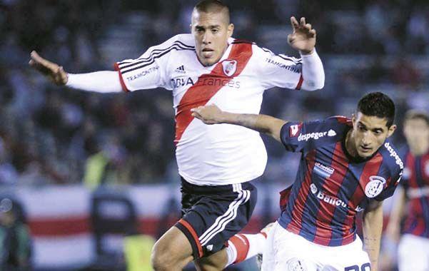 Adelante. Maidana y Verón van por la pelota. No hubo goles en Núñez.