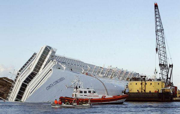 El crucero naufragó en las costas italianas y su capitán huyó de su puesto de mando.