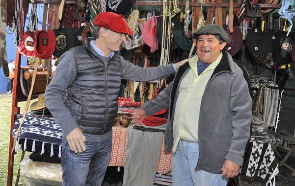 A tono con el paisaje. Mauricio Macri recorrió la Exposición Rural y charló con los puesteros.