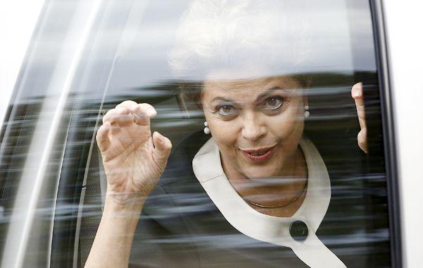 Arañazos. Dilma y un gesto irónico durante su reciente gira por Estados Unidos. El problema está en Brasil.
