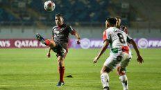 Al toque. Julián Fernández la juega frente a Dávila. Los rojinegros siguen con chances en la copa.
