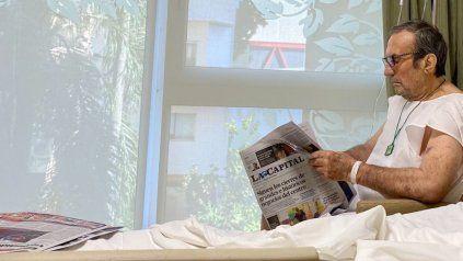 El exgobernador ya está en sala general. Esta mañana su hija le sacó una foto leyendo la edición dominical de La Capital.