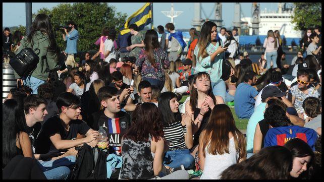 Cientos de jóvenes eligieron el parque de las Colectividades para recrearse.