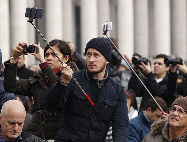 La sobreutilización del selfie stick causa molestia en el resto de los turistas.