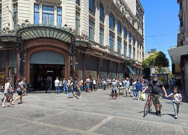 La peatonal estuvo colmada de gente y plasmó una postal típica de un sábado a la mañana.