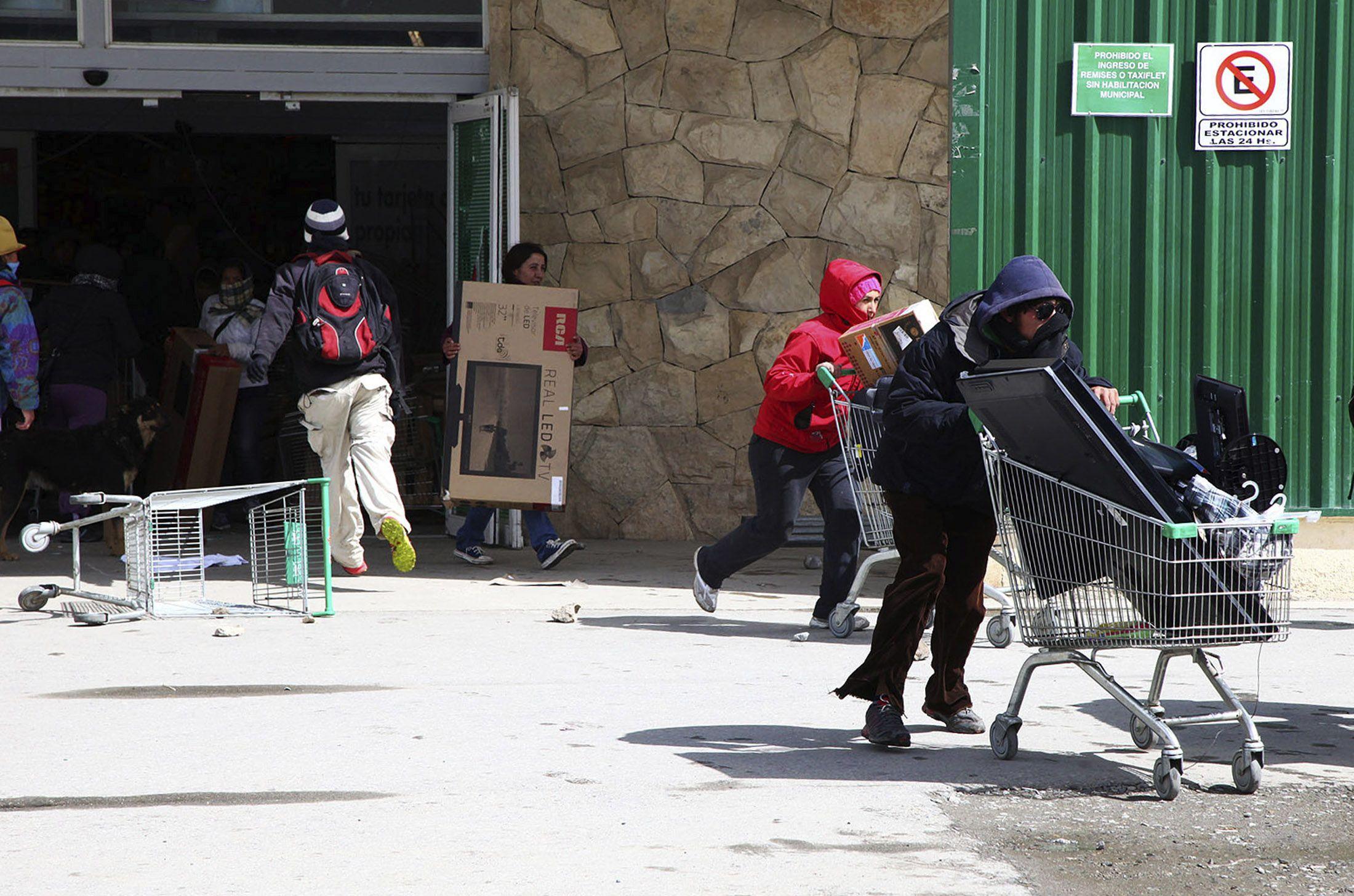 Vecinos de barrios humildes de la ciudad de Bariloche entraron a saquear en dos supermercados y atacaron a policías.