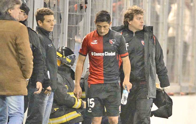 No va más. Milton Casco deja el campo de juego tras sufrir una lesión cuando iban 25' del primer tiempo ante la T.