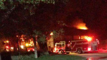 Los bomberos trabajaron durante la madrugada para sofocar las llamas que lograron contener al amanecer. No hubo lesionados. (Fotos gentileza: San Jorge Virtual)