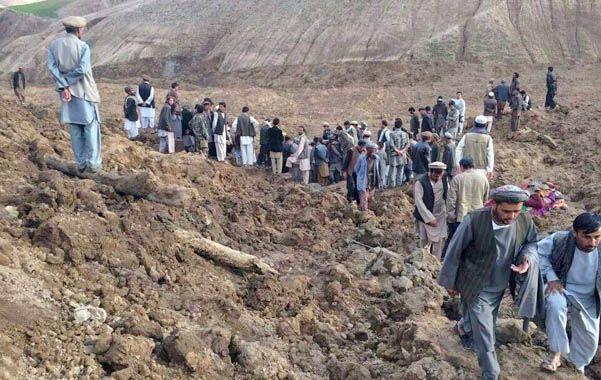 Búsqueda. Las autoridades de la villa Hobo Barik han pedido ayuda y elementos para intentar el rescate con vida de personas sepultadas por le fenómeno.