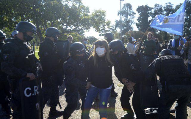 Concentración del movimiento anticuarentena frente al Monumento a la Bandera en el marco de las restricciones por el aumento de casos de Covi-19. Hubo detenidos en medio del enfrentamiento con las fuerzas de seguridad.