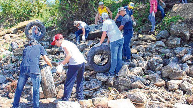 manos a la obra. Los jóvenes se dieron cita el viernes pasado para retirar desechos de la costa.