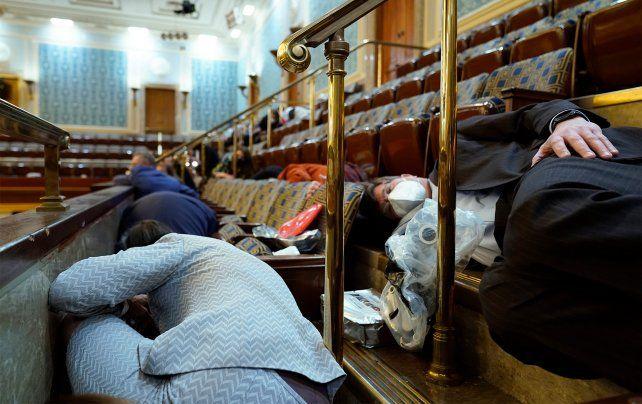 Legisladores y sus asistentes debieron echarse al suelo en la Cámara baja para esconderse de los asaltantes.
