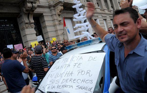Presión. La protesta policial se instaló ayer en las propias puertas de la Casa de Gobierno de Santa Fe.