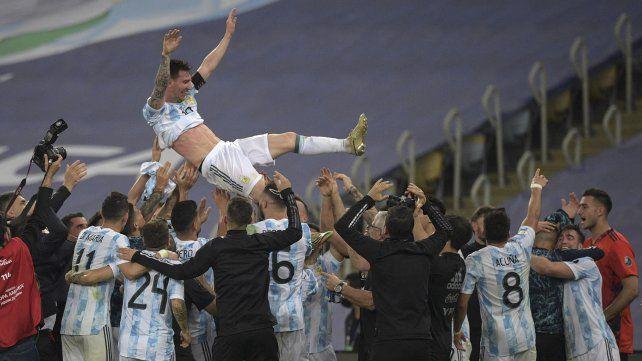 Leo Messi es lanzado al aire por sus compañeros luego de consagrarse campeón de América. Foto Télam.