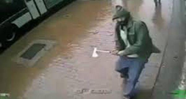 Un hombre atacó a hachazos a dos policías y terminó muerto de varios balazos
