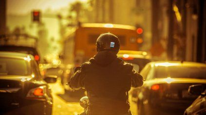 Innovador. Los motociclistas podrán adherir el sticker en sus cascos.