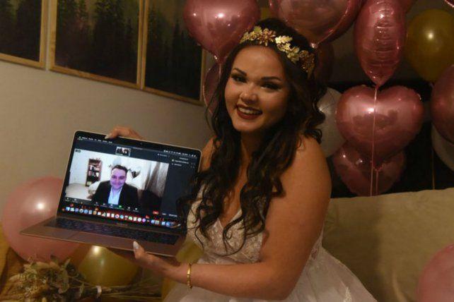 Una rosarina, la primera en dar el sí en una boda virtual binacional