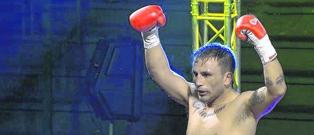 Puños en alto. La dura pelea a 10 rounds con Tejerina terminó y López celebra.
