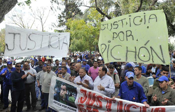 Familiares y amigos esperan conocer qué pasó con Escobar a la salida del boliche La Tienda.