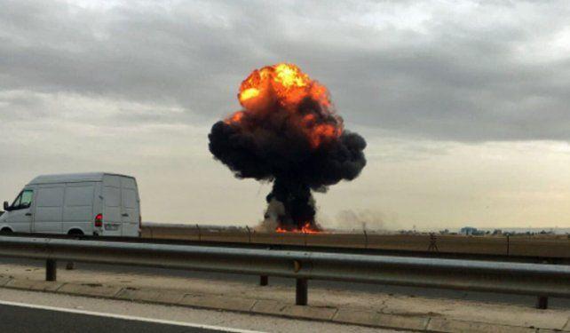 Envuelto en llamas. El avión caza se estrelló cerca de una base militar.