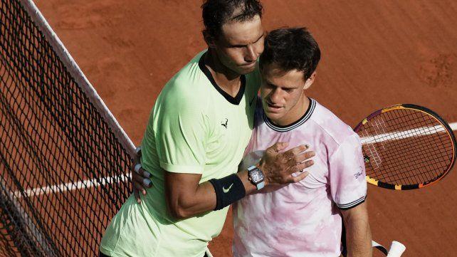 Rafa Nadal se abraza con Diego Schwartzman al término del partido en Roland Garros.