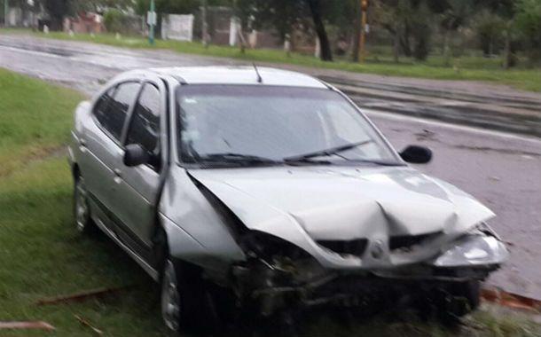 Destrozado. Así quedó el frente del auto que escapó de la Policía Vial.