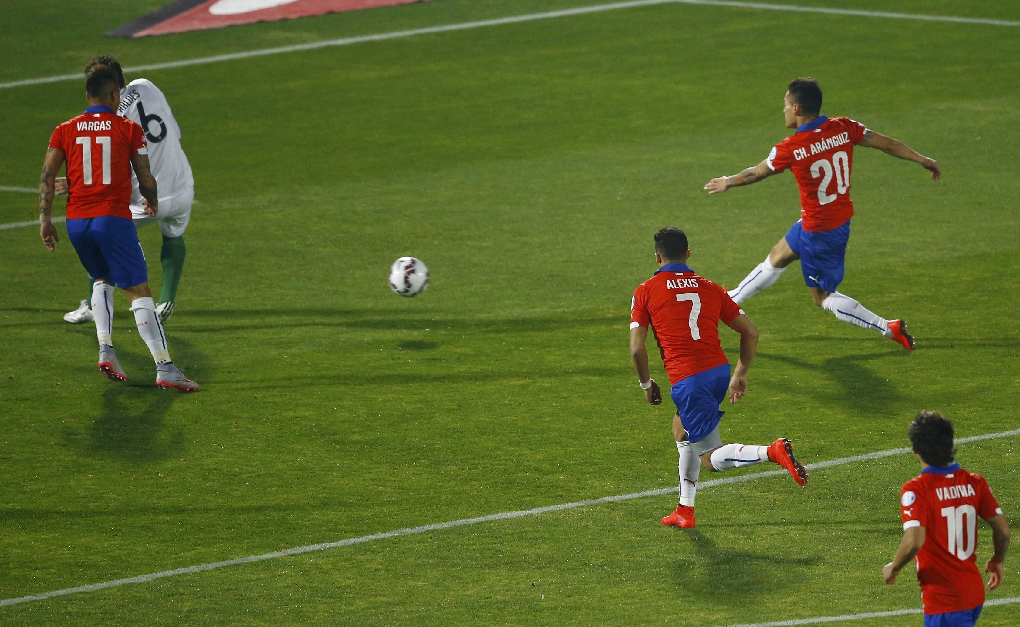 Charles Aránguis saca el remate y convierte el primero de Chile que abrió camino a la goleada.