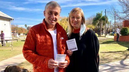 El intendente José Pedretti (y la presidenta del Concejo Susana Abo Hamed fueron vacunados este viernes en el SUM del Paseo de la Estación.