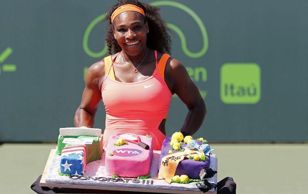 Récord. Serena festejó en el court central con una torta que le regaló la WTA.