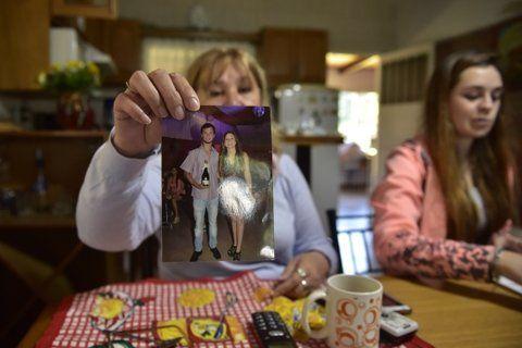 Angustiada. La mamá de Facundo muestra la foto de su hijo