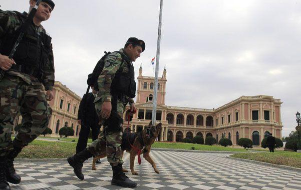 Preparativos. Militares paraguayos patrullan el palacio presidencial.