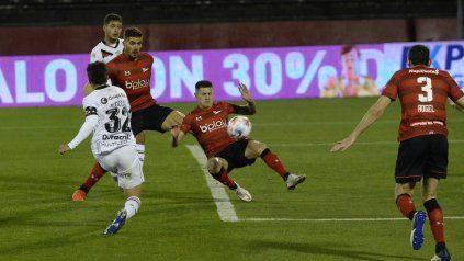 La 3º fecha en el Coloso, con Estudiantes. Nacho saca el latigazo para abrir la cuenta ante el pincha en el Parque.