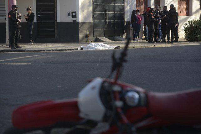 La moto en que circulaba el joven asesinado. Al fondo