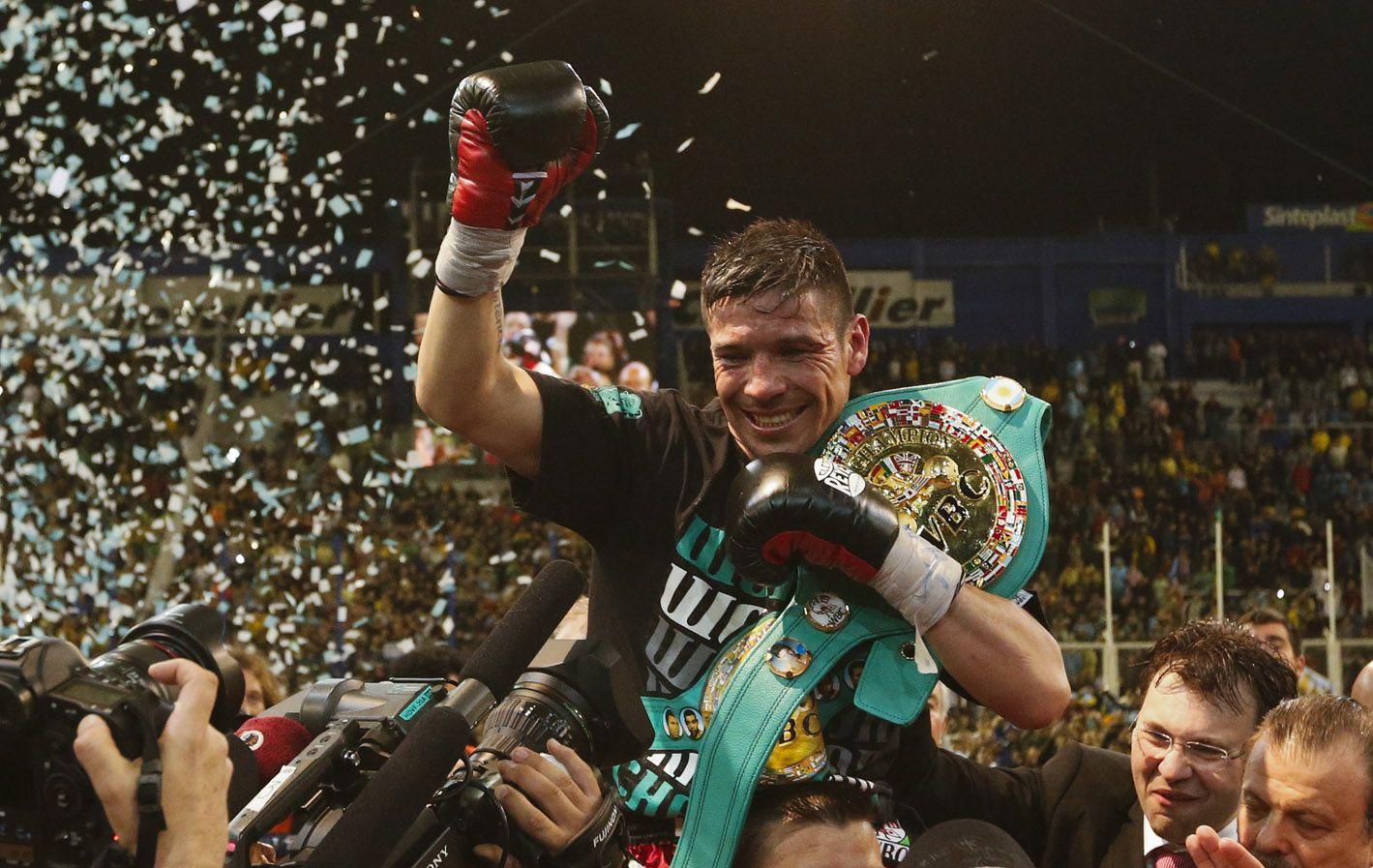 Maravilla se aferra al cinturón de campeón mundial tras la victoria.