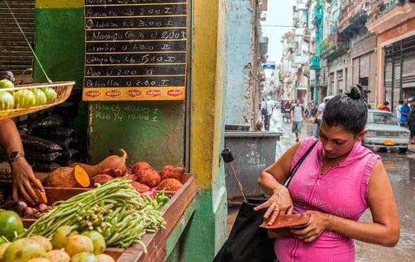 Todo más caro. Un empleado cubano promedio destina del 70 al 90% de su salario para la compra de alimentos.