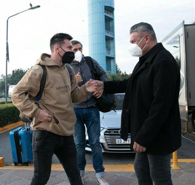 Messi es saludado en el predio de Ezeiza por el presidente de la AFA