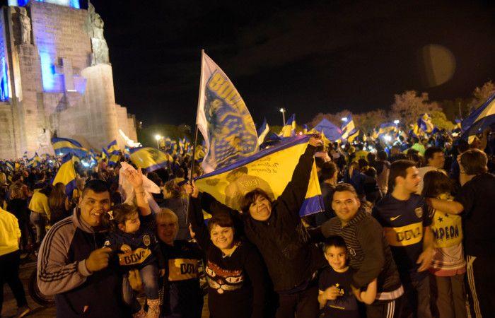 Los hinchas xeneizes coparon el Monumento a la Bandera. (foto: Sebastián Suárez Meccia)