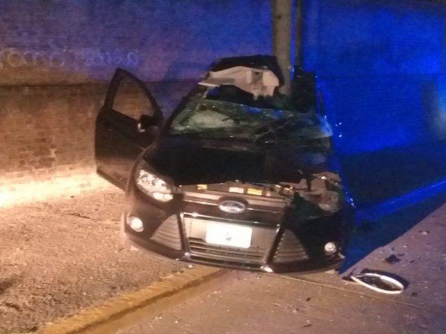 El automóvil impactó de lleno contra una columna