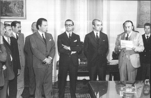 Acto de asunción del Víctor Luis Funes como intendente interino el 15 de septiembre de 1971. A su izquierda, el secretario de Gobierno, luego también intendente