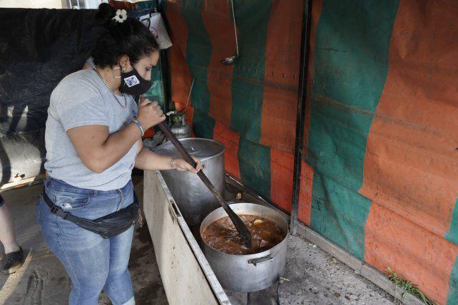 Las ollas. Los aportes de los comercios de la zona y las donaciones de carne, verduras y frutas sostienen las ollas.