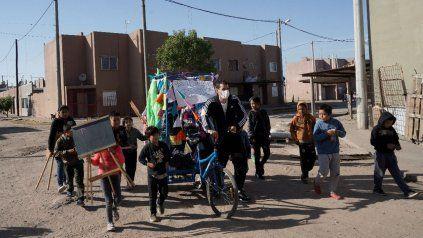 En tiempos de menos restricciones, los profes y los chicos salen a recorrer las calles y juegan en burbujas.