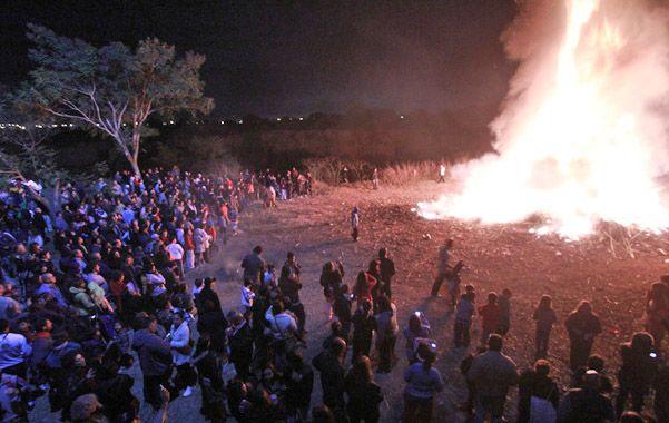 Fuego purificador. Al pie de la cascada del Saladillo se congregaron casi dos mil vecinos junto a la fogata.