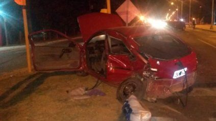 Destruido. Así quedó el auto que conducía el Padre Matías Camussi, curade la Parroquia Nuestra Señora de Belén de Colastiné.