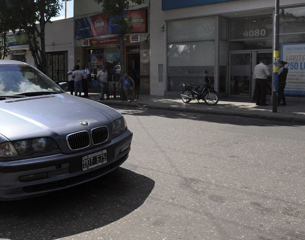 El robo a los ocupantes del BMW sucedió frente al banco que está ubicado en Mendoza 4080. (Foto: V. Benedetto)