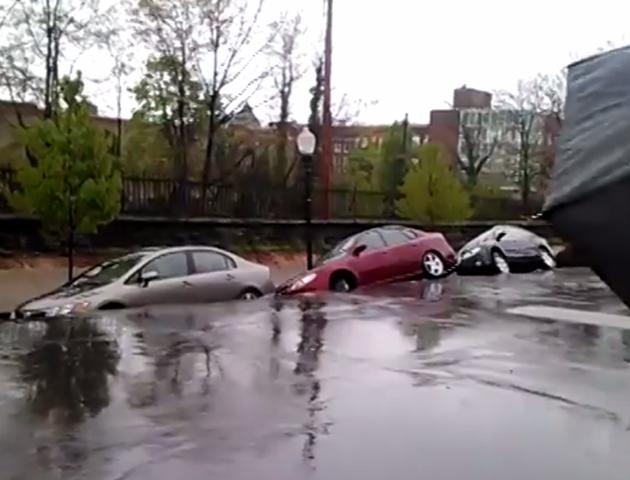 Un camino colapsó por la lluvia, se abrió el piso y se tragó una fila de automóviles