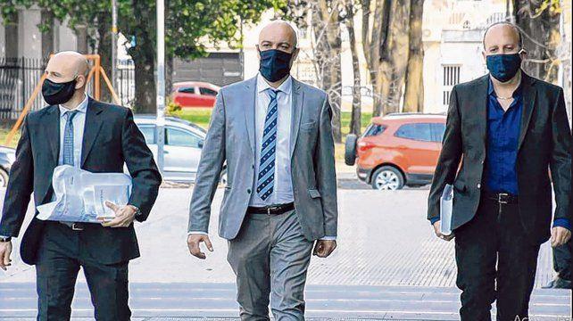 la llegada. El fiscal Ponce Asahad flanqueado por su abogados Franco Gardali y Fernando Mellado.