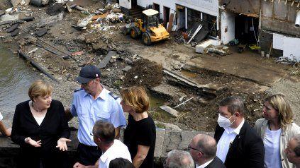 Merkel habla con vecinos en la devastada localidad de Schlug, en el oste de Alemania.