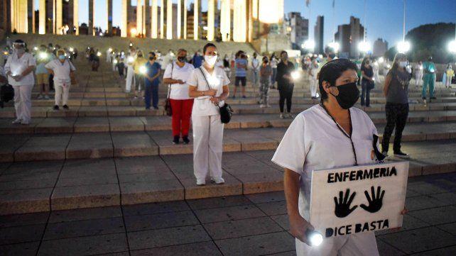 Las enfermeras homenajearon a sus compañeros fallecidos por la pandemia.