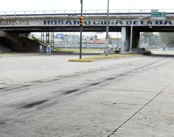 Los delincuentes aprovecharon que el semáforo de Presidente Perón y Circunvalación estaba en rojo. (Foto: M. Sarlo)